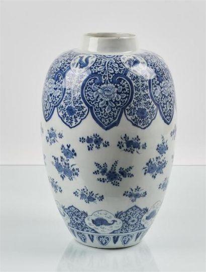 DELFT Vase oblong en faïence à décor en camaïeu...
