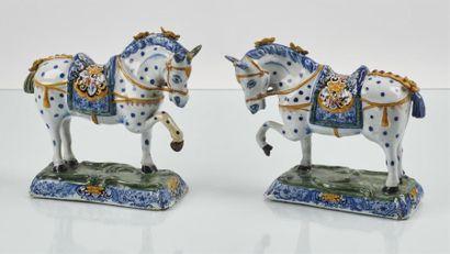 DELFT Paire de chevaux pommelés en faïence...