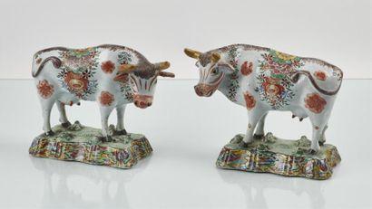 DELFT Paire de vaches en faïence debout sur...