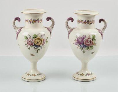 ALCORA ( ?) Paire de vases en faïence fine...