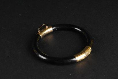 Bracelet rigide en or jaune ouvrant en onyx,...