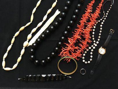 Ensemble de bijoux comprenant colliers dont...