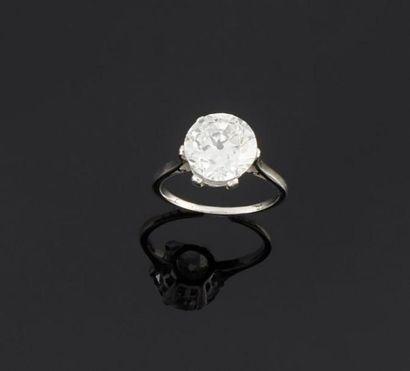 Bague en or gris 750°/oo ornée d'un diamant...