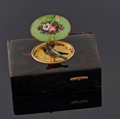 Boîte oiseau chanteur serti de plaques d'écaille,...