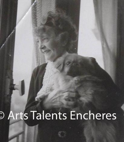EMILIENNE D'ALENÇON Portrait avec son chien...