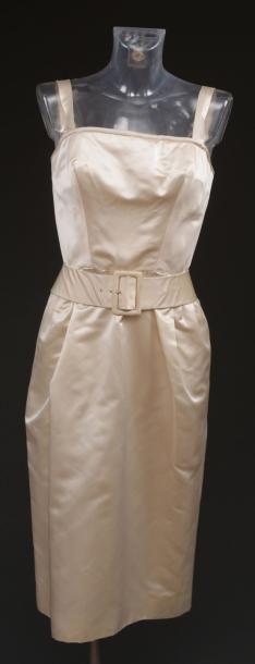 Pierre BALMAIN Robe de cocktail en satin blanc, boutonnée dans le dos, avec sa ceinture....