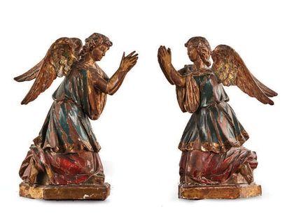 PAIRE D'ANGES ADORATEURS en noyer sculpté,...