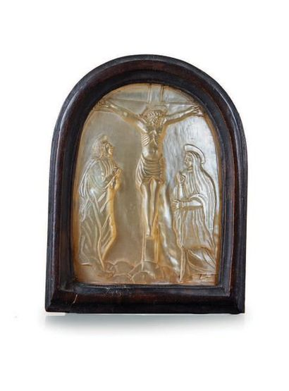 PLAQUE en nacre sculptée en bas-relief de...