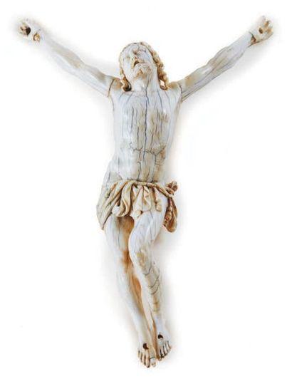 CHRIST VIVANT en ivoire sculpté. Tête levée...