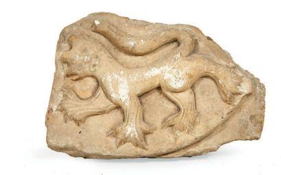 ECU en pierre calcaire sculptée en bas-relief...
