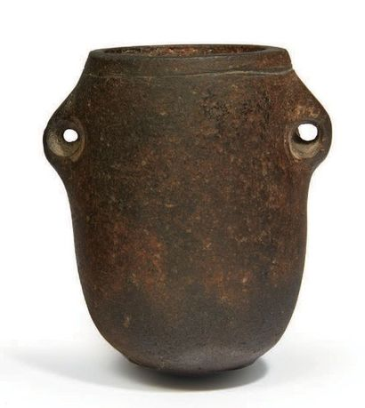 ? VASE OVOÏDE MUNI DE DEUX PETITES ANSES. Égypte, Époque Prédynastique. Basalte....