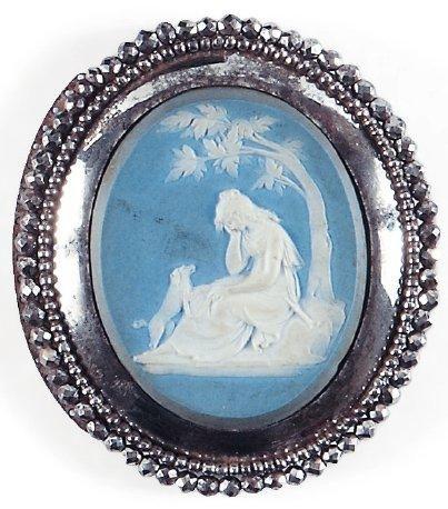 Médaillon ovale en biscuit bleu et blanc...