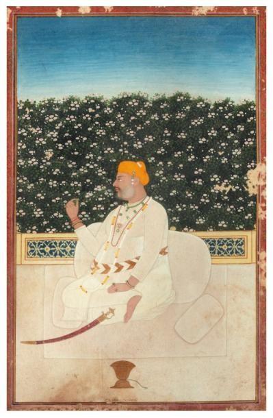 Raja en robe blanche tenant une fleur et...