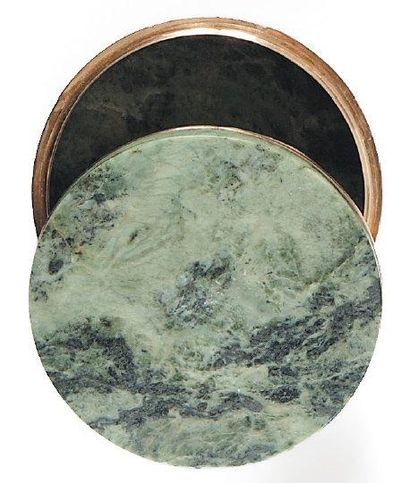 Tabatière ronde en marbre vert de mer, la...