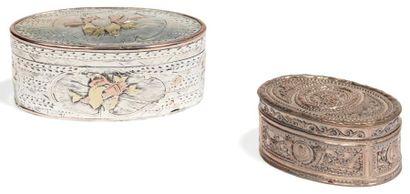 Tabatière ovale en argent à décor d'attributs...