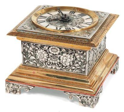 Pendule de table à sonnerie de forme carrée...