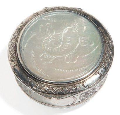 Boite à pilule de forme ronde en argent gravé...