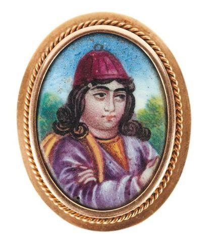 Portrait de Nur 'Ali Shâh sur nacre monté en broche en or. Iran, fin XIXe siècle....