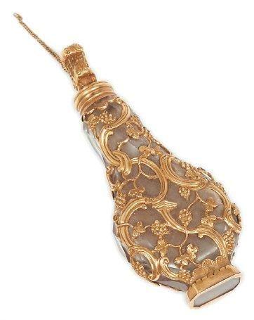 Flacon à sel de forme balustre à cage d'or....