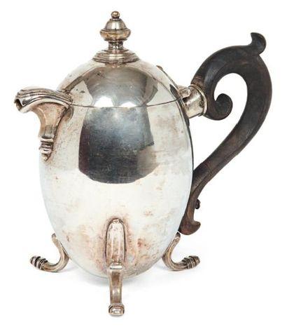 Verseuse tripode de forme ovoïde en argent...