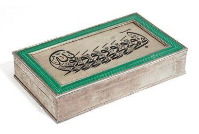 Boite rectangulaire en argent, à décor calligraphique...