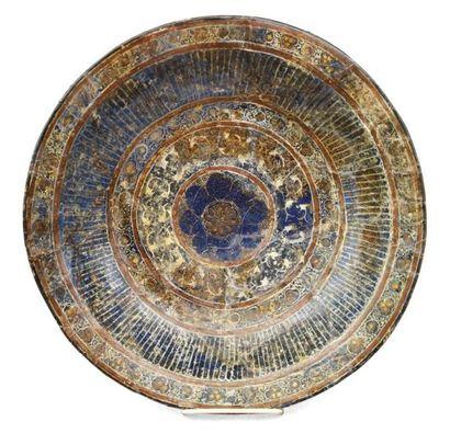 Coupe plate en céramique siliceuse à décor...