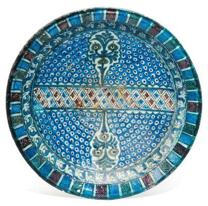 Grand plat, en céramique argileuse à décor...