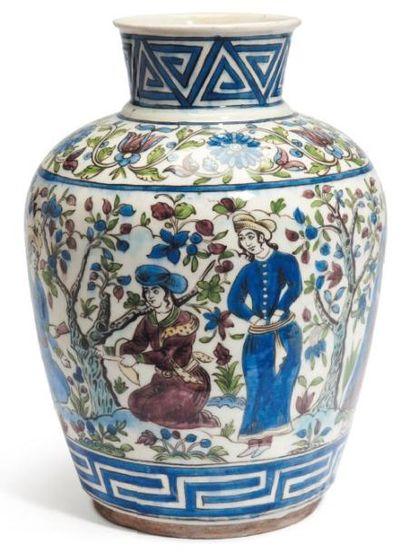 Grand vase à décor polychrome sur fond blanc,...