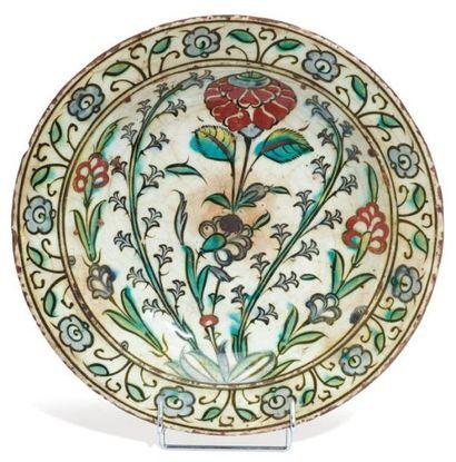 Plat en céramique siliceuse à décor polychrome...