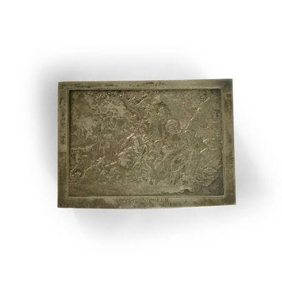 """Boite rectangulaire métal argenté, le couvercle incisé de la scène du """"dénicheur""""..."""