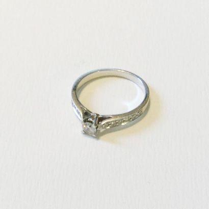 Bague en or gris 18 K (750) ornée d'un diamant...