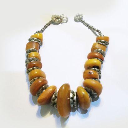 Collier en argent et ambre de style berbère....
