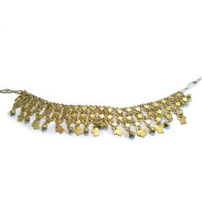 Collier en métal doré formé ornée de franges terminées de breloques. L_41cm.