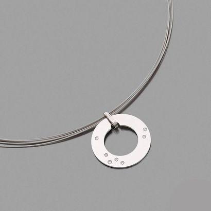 """DINH VAN Modèle """"Cible"""" Pendentif en or gris 18k (750) et diamants coulissant sur..."""
