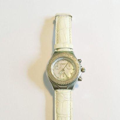 Montre chronographe de dame en acier, mouvement quartz, fond nacre et bracelet cuir...