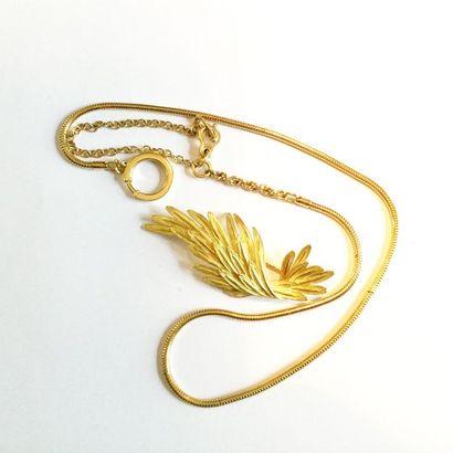 Broche en or jaune 18K 750) formant une aile....