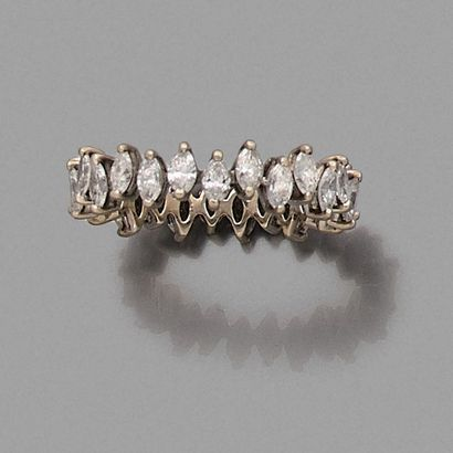 Alliance en or gris 18K (750) ornée de diamants...