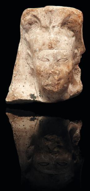 Modèle de sculpteur représentant la tête d'un roi coiffée du némès sommé des cornes....
