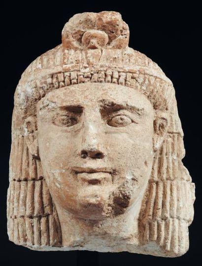 Égypte Portrait attribué à Cléopatre III. Tête monumentale représentant la souveraine...