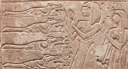 Stèle dédiée au dieu Sobek de Soumenou. Stèle cintrée sculptée dans le registre...