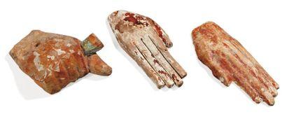 Lot composé de trois mains de sarcophages,...