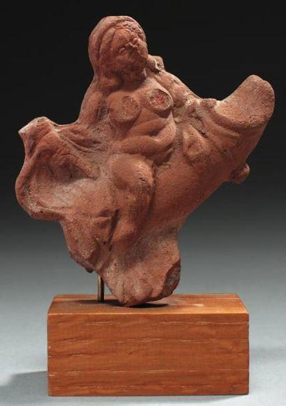 Statuette représentant une femme nue chevauchant...