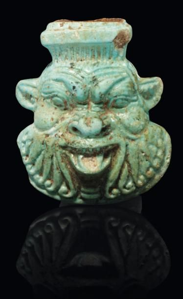 Amulette représentant la tête du dieu Bès...