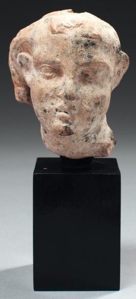 Tête de statuette représentant un jeune garçon,...
