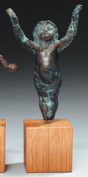 Statuette, probablement un élément mobilier,...