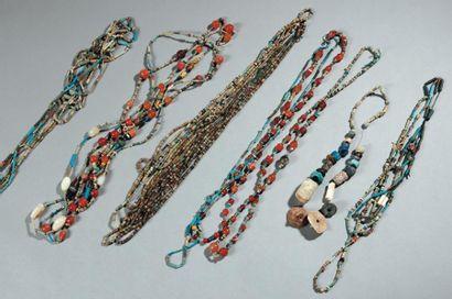 Lot composé de nombreuses perles en faïence, pierres diverses et verre, montées...