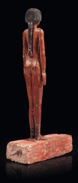 Égypte Concubine. Statuette représentant une femme nue, debout sur une base quadrangulaire....