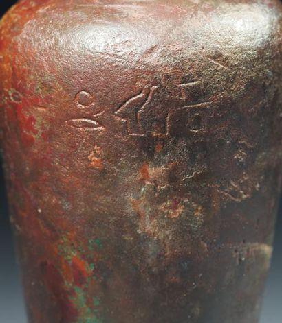Égypte Rare vase Hes. Il est à pied évasé et à haut corps conique surmonté d'un court...
