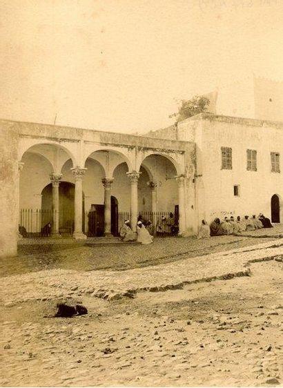 George Washington WILSON (attribuée à) La Cour de justice, place de la Casbah, Tanger,...