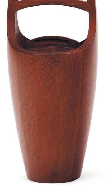 JENS QUISTGAARD (1918-2009) Seau à glace. Teck. Couvercle à prise sculptée et évidée....